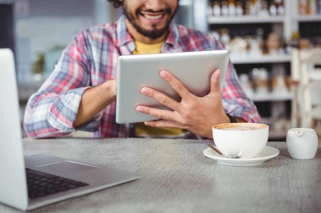 Человек с помощью цифрового планшета