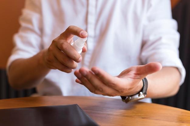 職場で消毒剤を使用している男性