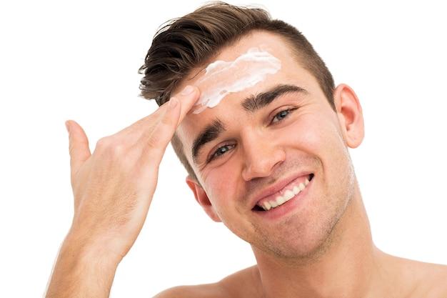 Человек, использующий маску для ухода за кожей