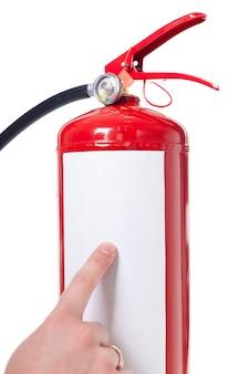 Человек используя огнетушитель изолированный на белизне