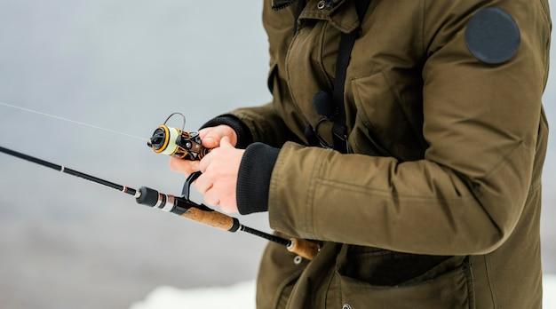 Uomo che utilizza una canna da pesca