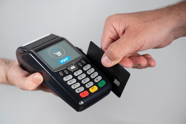 クレジットカードを使って商品を支払う男性