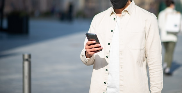 街を歩きながら屋外で携帯電話を使用している男性