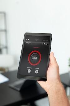 Человек, использующий свой планшет для приложения автоматизации