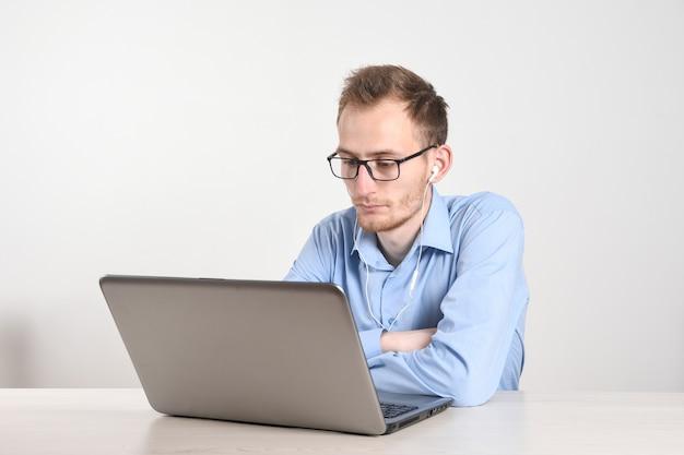 거실에서 집에서 노트북을 사용하는 사람
