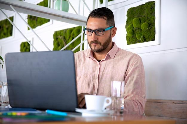 自宅で仕事しているラップトップを使用している人。コロナウイルスのパンデミック検疫中に自己分離