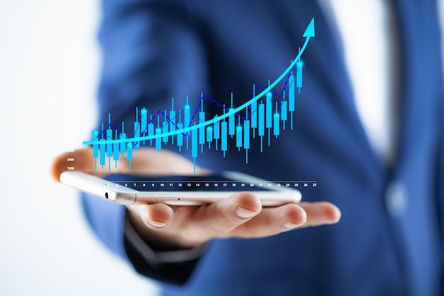 Человек, использующий мобильный смартфон с ростом бизнеса
