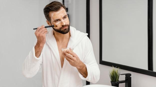 Uomo che utilizza ingredienti naturali per una maschera per il viso