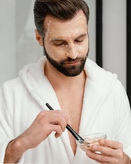 フェイスマスクに天然成分を使用している男性