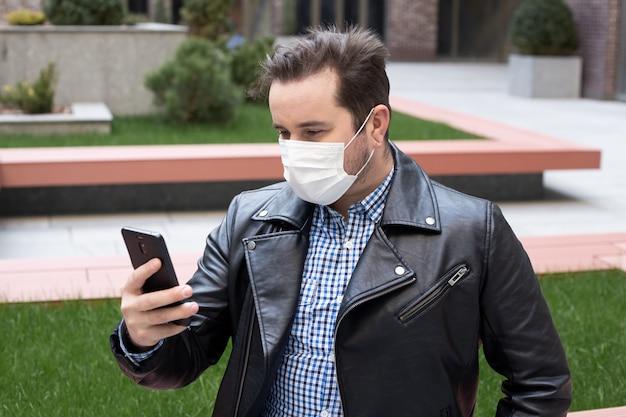 防護マスク、コロナウイルス、病気、感染症、検疫、医療マスクを身に着けている電話を使用している人