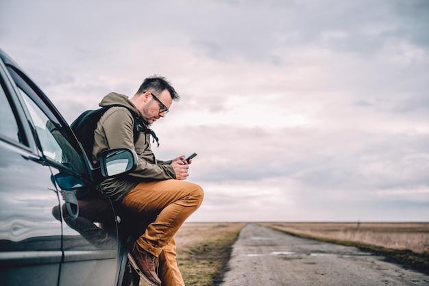 Человек с помощью смарт-телефона