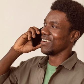 スマートフォンを使用してクローズアップを話す男