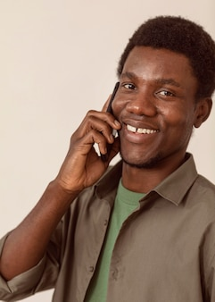 スマートフォンを使用して話している男