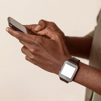 スマートフォンのクローズアップを使用している男性