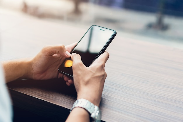 スマートフォンを使用して、余暇の間に男。電話を使用するという概念は不可欠です。