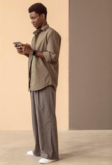 ゲームにスマートフォンを使用している男