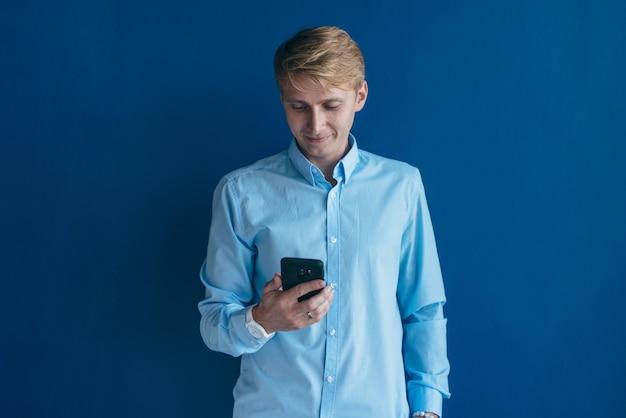 Человек с помощью смартфона, он держит мобильный смартфон, используя приложение.