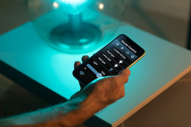 Uomo che usa uno smartphone nella sua casa automatizzata