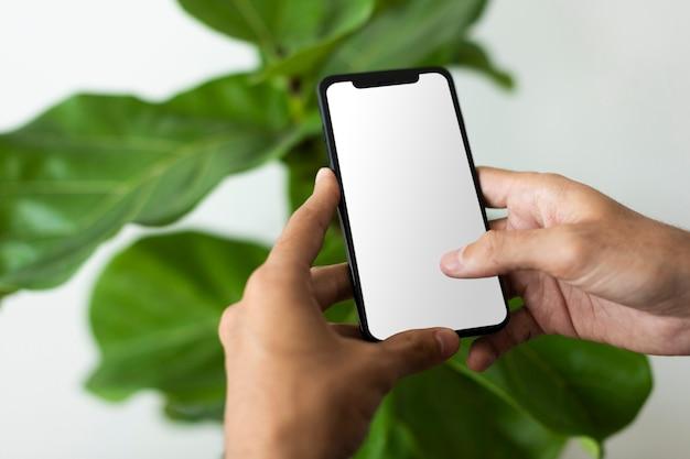 空白の画面でスマートフォンを使用している男