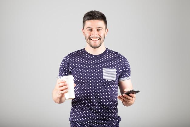 Человек с помощью смартфона