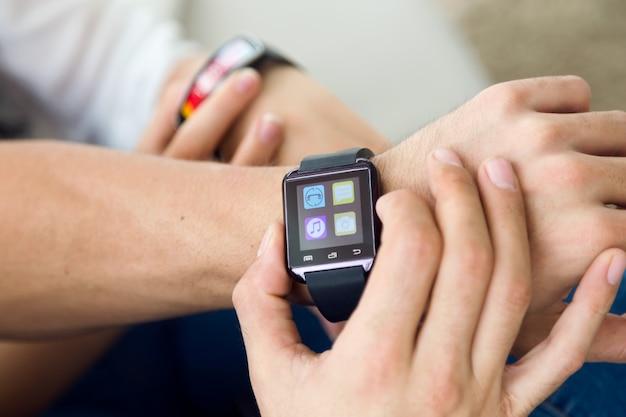 Человек с помощью smartwatch