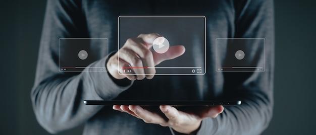 Человек, использующий планшет для просмотра видео в интернете, потоковая передача в интернете, онлайн-класс, создатель контента