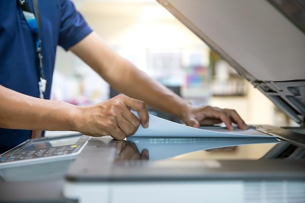 コピー機を使用している男。
