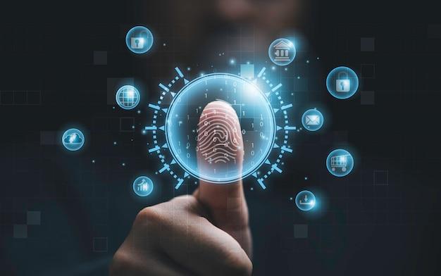 Человек, использующий большой палец для сканирования отпечатков пальцев или для цифровой обработки биометрической идентификации для доступа к системе безопасности, включает в себя интернет-банкинг, облачную систему и мобильный телефон, концепцию кибербезопасности.