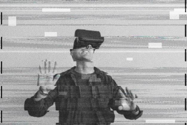 Uomo che utilizza la realtà virtuale su glitch digitale