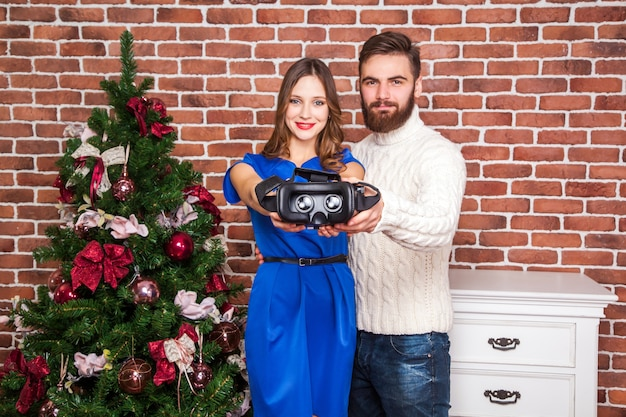 Vrヘッドセットを使用している男性と彼の妻は新年に怒っています