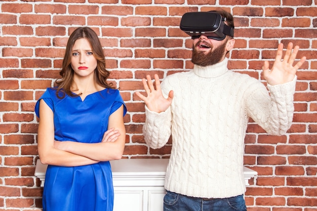 Vrヘッドセットを使用している男性と彼の妻は怒っています