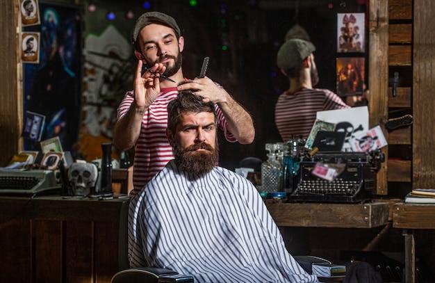 Мужчина посещает парикмахера в парикмахерской