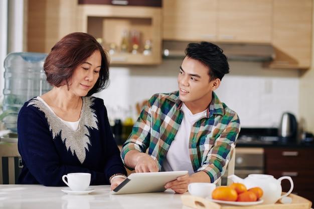 Мужчина в гостях у матери дома