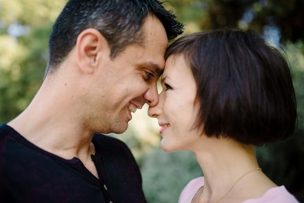 男はガールフレンドを待ちます。ロマンチックなデートに最適な公園。愛のロマンチックなデートの自然公園のカップル。素晴らしい日付のヒント。恋愛関係のロマンチックな気持ち。ロマンチックなコンセプトです。彼にとって驚き。