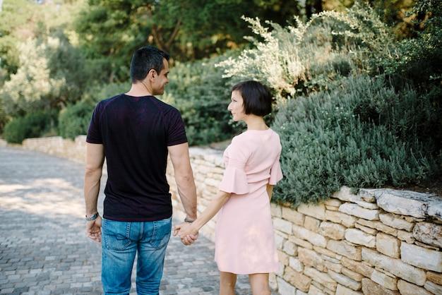 Мужик, подожди, подруга. парк лучшее место для романтического свидания. пара в любви романтическое свидание природный парк. отличная дата советы. любовные отношения романтические чувства. романтическая концепция. сюрприз для него.