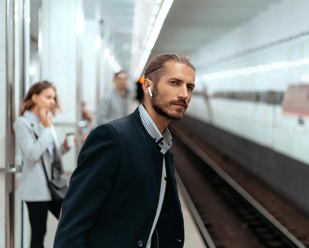 지하철 역에서 기차를 기다리는 남자