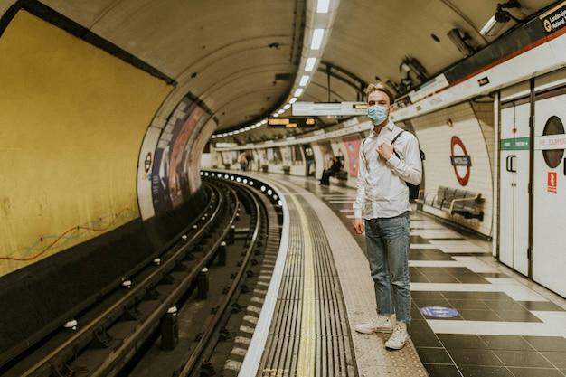 Человек ждет поезд на платформе