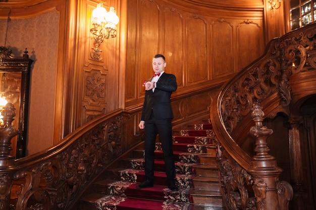 Человек ждет на барочной лестнице