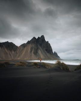 走在一个黑沙子海滩,冰岛的人