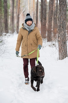 彼の犬を歩く男