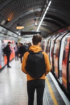 런던의 지하철 내부를 걷는 남자