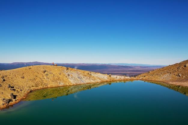 Человек идет по маршруту похода с национальным парком маунт-кук, красивым горным районом. пешие прогулки, походы по новой зеландии.