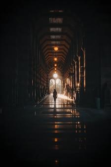 밤 시간 동안 거리에 걷는 남자