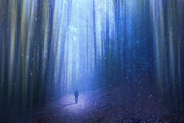 Человек идет через сюрреалистический лес