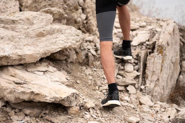 自然の中で岩を歩く男