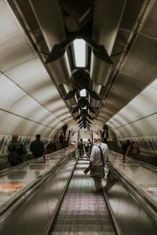 Человек идет по подземному туннелю