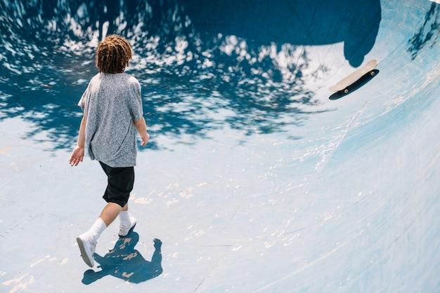 스케이트 보드를 걷는 남자