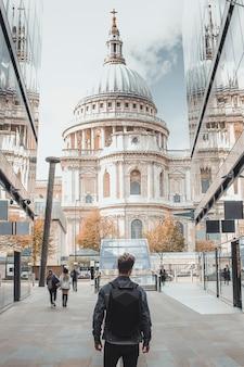런던 중심부의 세인트 폴 대성당을 향해 걸어가는 남자