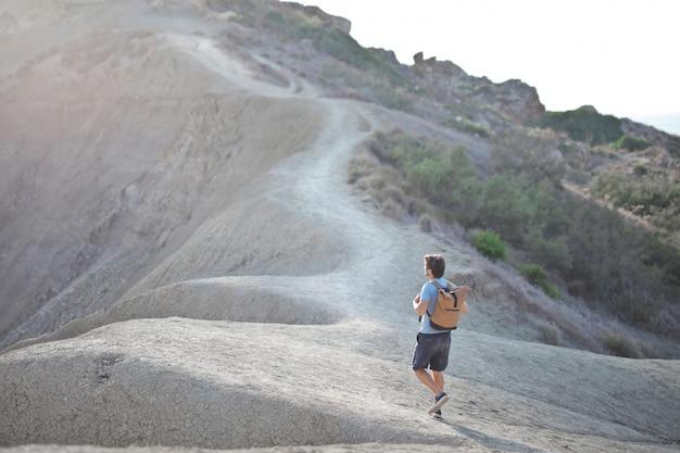 男は山の上を歩く