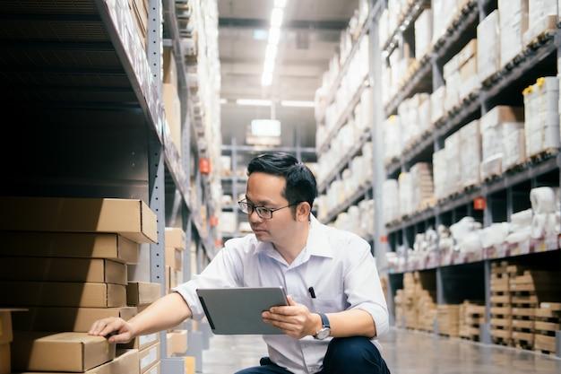 Человек склада, проверяющий товары на складе.